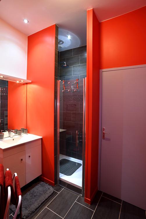 Salle de bains avec la porte des WC fermé